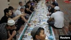 Муҳоҷирони мусулмони Маскав дар рӯзи фарорасии моҳи Рамазон сари дастурхони ифтор ҷамъ омадаанд