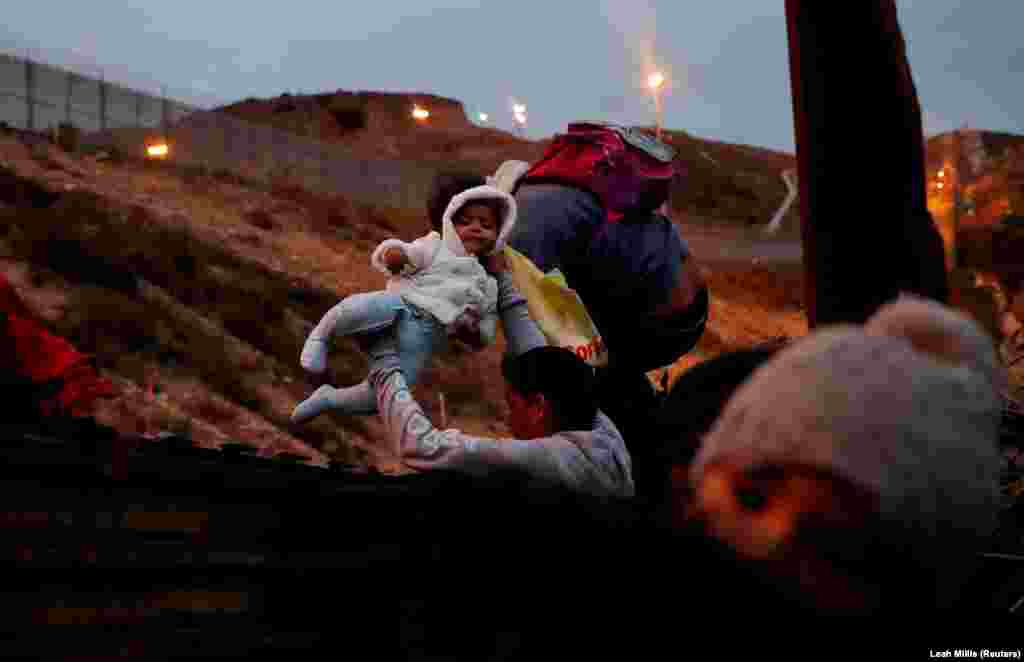 САД / МЕКСИКО - Американските власти фрлиле солзавец на територијата на Мексико за да ги растераат мигрантите кои се обиделе да ја пробијат граничната ограда кај мексиканскиот град Тихуана. Мигрантите изјавија дека до границата пристигнале во минатиот месец во караван од Хондурас. Американската агенција за заштита на границата соопшти дека цел на солзавецот биле оние што од мексиканска страна фрлале камења.