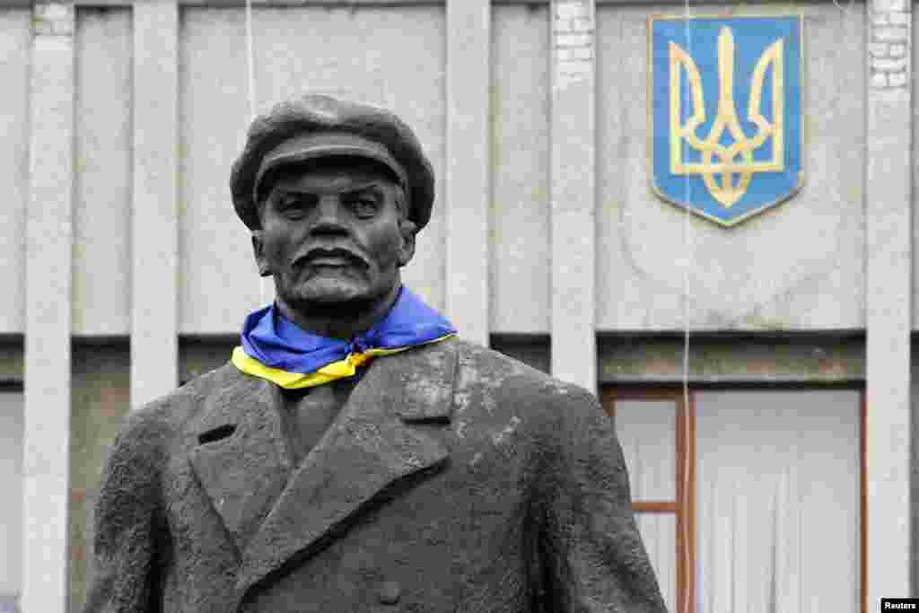 A Ukrainian flag is attached to a monument of the Soviet state founder Vladimir Lenin in the eastern town of Slavyansk in the Donetsk region on August 18. (Reuters/Valentyn Ogirenko)