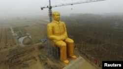 Строящаяся статуя Мао. 4 января 2016 года.
