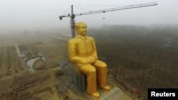 ساخت مجسمه غولپیکر مائو تسه تونگ در کنار مزرعهای در یکی از استانهای چین، ۲۰۱۶