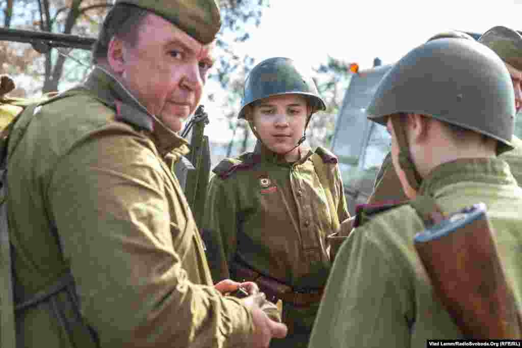 Хлопчик у формі радянської армії