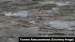 Вместо дороги в поселке, где живут многодетные, – грязь и лужи