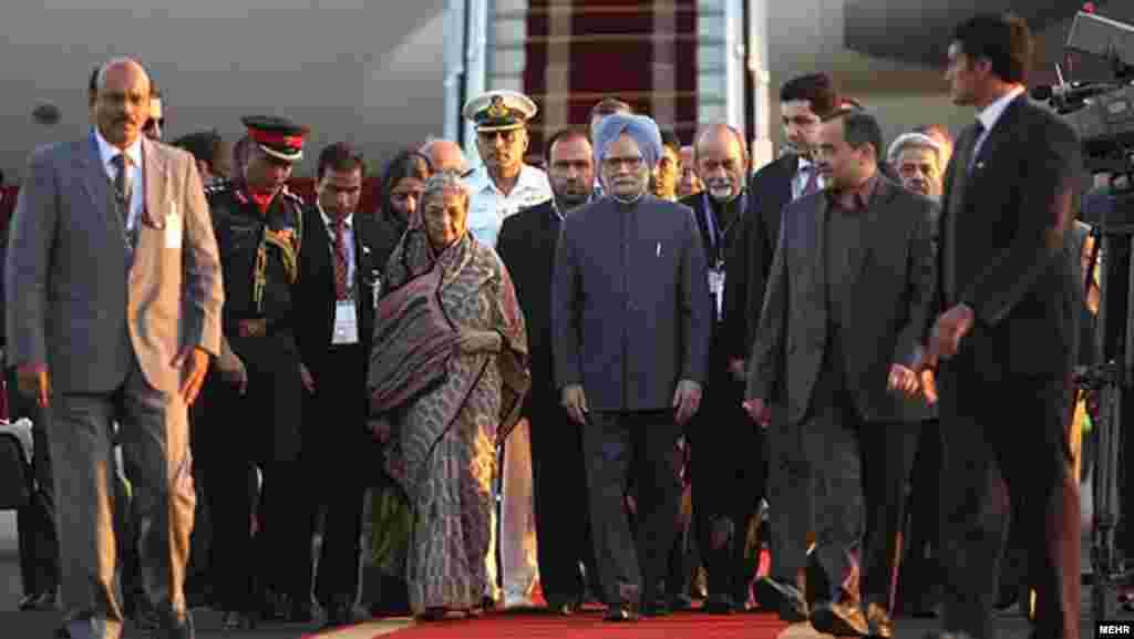 ورود مان موهان سینگ، نخست وزیر هند، و همسرش به تهران