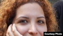 خانم مومنی ۲۰ روز بعد از بازداشت به قيد وثيقه و با گذاشتن سند ملكى از زندان آزاد شد.
