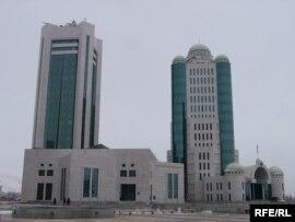Қазақстан парламентінің екі палатасы орналасқан Сенат пен Мәжіліс ғимараттары. Астана, наурыз, 2009 жыл