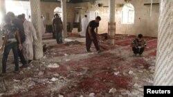 مواطنون يتفحصون آثار تفجير إنتحاري في مسجد بالقطيف السعودية