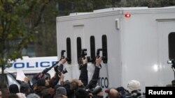 Fotožurnalistler Julian Assanjy alyp barýan polis ulagynyň içini surata düşüryärler. London, 7-nji dekabr, 2010.