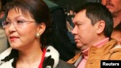 Dariga Nazarbaeva və Rakhat Aliev (arxa planda) 2005-ci ildə
