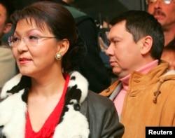 Дариға Назарбаева (сол жақта) мен Рахат Әлиев. 4 желтоқсан 2005 жыл.
