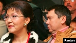 Дариға Назарбаева (сол жақта) мен оның күйеуі болған марқұм Рахат Әлиев. 4 желтоқсан 2005 жыл.