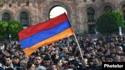 Сторонники оппозиции на площади Республики в Ереване, 17 апреля 2018 г.