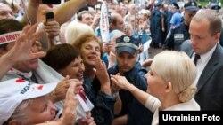 Екс-прем'єр-міністр Юлія Тимошенко спілкується зі своїми прихильниками біля будинку Печерського райсуду м. Києва, 22 липня 2011 року