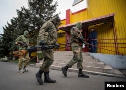 Контролируемые Россией боевики в Снежном, июнь 2014 года
