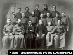 Еміліан Ковч (сидить другий зліва). Рим, 1908 рік