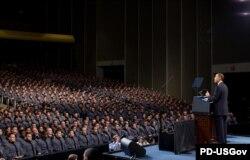 Кадеты Вест-Пойнта слушают выступление Барака Обамы