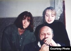 Ксения Драгунская, Владимир Гуркин и его дочь Катя, которая ныне ведет все дела по творческому наследию отца. Фото 2000 года