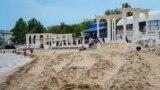 У набережной имени Горького продолжают просеивать пляжный песок, очищая его от выброшенного штормами мусора