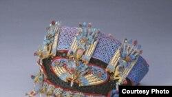Головной убор императрицы. Золото, жемчуг, драгоценные камни, перья зимородка. Династия Цин (1644-1911)