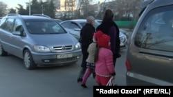 Роҳгузарон дар яке аз хиёбонҳои Душанбе. Акс аз соли 2017