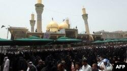 زوار عراقيون يتجمعون قرب مرقد الأمام موسى الكاظم ببغداد