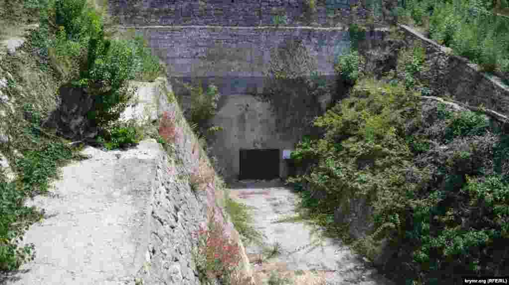 Під Малаховим курганом є занедбане бомбосховище, яке люблять досліджувати діггери