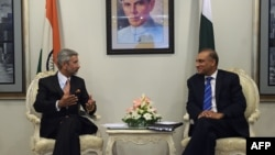 Pakistan -- Indian Foreign Secretary Subrahmanyan Jaishankar (L) holds talks with Pakistani counterpart Aizaz Ahmed Chaudhry at the Foreign Ministry in Islamabad, March 3, 2015