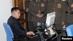 کیم جونگ اون، رهبر کره شمالی در حال کار با کامپیوتر