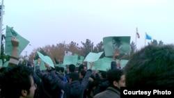تجمع روز یکشنبه دانشجویان دانشگاه کاشان، با پلاکاردهای سبز حاوی عکس آیتالله خمینی