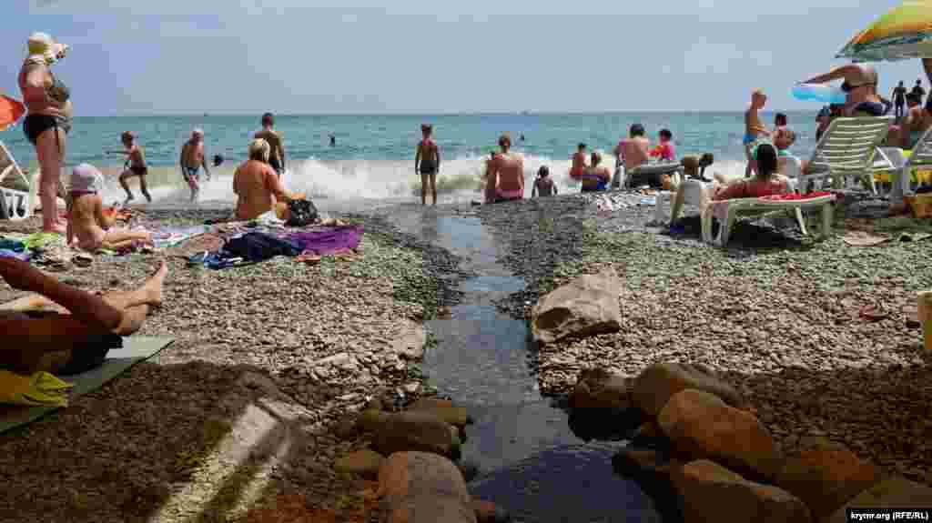 Безымянный ручей несет свои сточные воды прямо в море