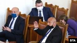 Премиерът Бойко Борисов поздравява депутатите от ГЕРБ по време на изслушване в Народното събрание за реакцията на правителството на кризата, причинена от епидемията от COVID-19