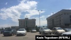 Центральная площадь Алатауского района. Алматы, 1 июля 2017 года.