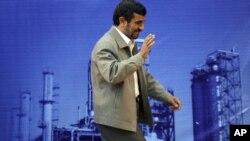 İran prezidenti Mahmud Ahmedinejad Abdanda neftayırma zavodunda