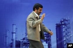 Mahmud Əhmədinejad neft emalı zavodunda, 24 may 2011