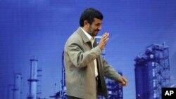 Прэзыдэнт Ахмадзінэжад выступае на нафтаперапрацоўчым камбінаце ў Абадане.