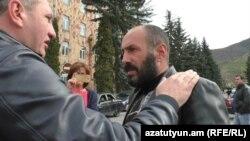 Ոստիկանության Լոռու մարզային վարչության պետ Արամ Ղազարյան (ձախից) և ակտիվիստ Արմեն Մայիլյան, Վանաձոր, 21-ը ապրիլի, 2018թ.