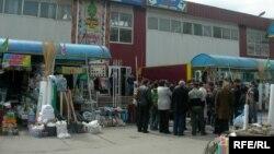 Алматыдағы базарлардың бірі.