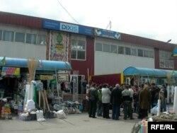 Торговые лавки у большого магазина в Алматы.