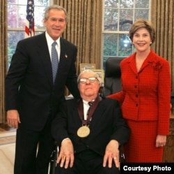 Рэй Брэдбери с президентом Джорджем Бушем-младшим и первой леди Лорой Буш на церемонии вручения ему Национальной медали за достижения в области искусств. Фото Сьюзен Стернер. 17 ноября 2004