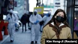 Девушка в медицинской маске. Сеул, Южная Корея. 5 марта 2020 года.