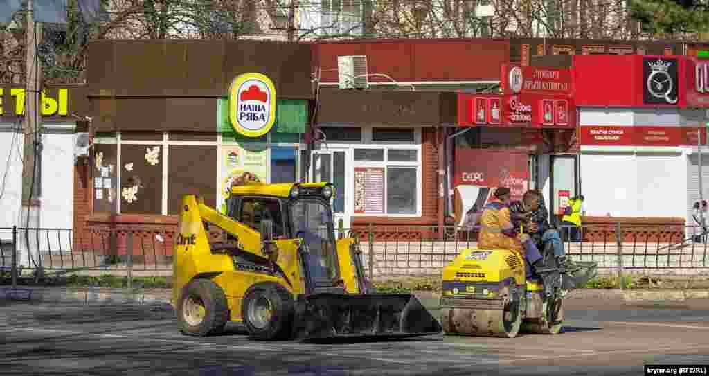 Дорожні робітники вранці на проспекті Кірова (Сімферополь)