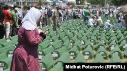Похороны останков 520 недавно опознанных жертв Сребреницы 11 июля 2012 г.