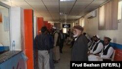 Абдул Хади (в центре) подает жалобу по поводу неправильного счета.