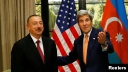 Азербайжандын президенти Илхам Алиев менен АКШнын мамкатчысы Жон Керри.