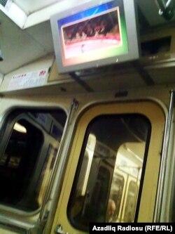 Bakı metrosunda qatarda quraşdırılan monitor
