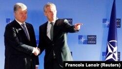 Порошенко (л) зустрівся з генсеком НАТО Єнсом Столтенберґом (п)