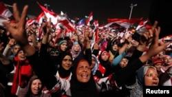 Противники Мурси празднуют его отстранение от власти. Каир, 3 июля 2013 г.