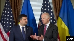 ABŞ-nyň wise-prezidenti Joe Biden (s) we Ukrainanyň premýer-ministri Wolodymyr Hroýsman (ç), Waşington, 15-nji iýun, 2016.