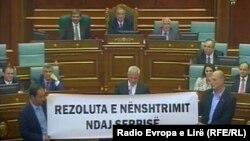 Protesta e Vetëvendosjes në Kuvend, kundër nënshkrimit të Rezolutës...