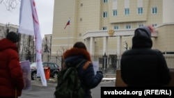 Акцыя салідарнасьці з украінскай лётчыцай Надзеяй Саўчанкай каля амбасады Расеі ў Менску